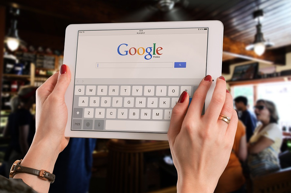Mulher acessando Google em tablet