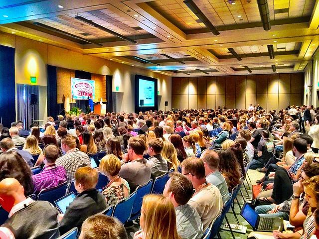 Sala de conferência lotada de pessoas
