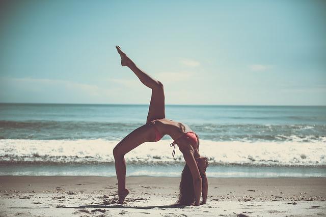 Mulher fazendo exercício na praia