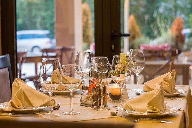 Mesa com pratos, guardanapos e taças