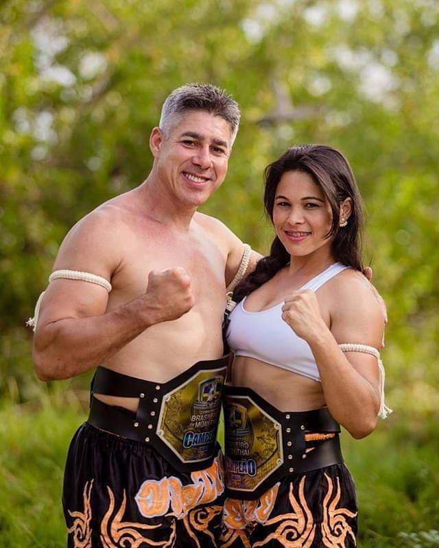 Patrícia e seu marido Jefferson Silva com cinturões de campeão