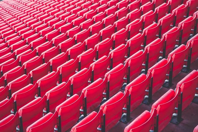 Cadeiras vermelhas de auditório