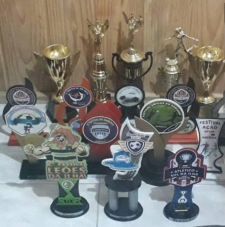 Vários troféus sobre a mesa