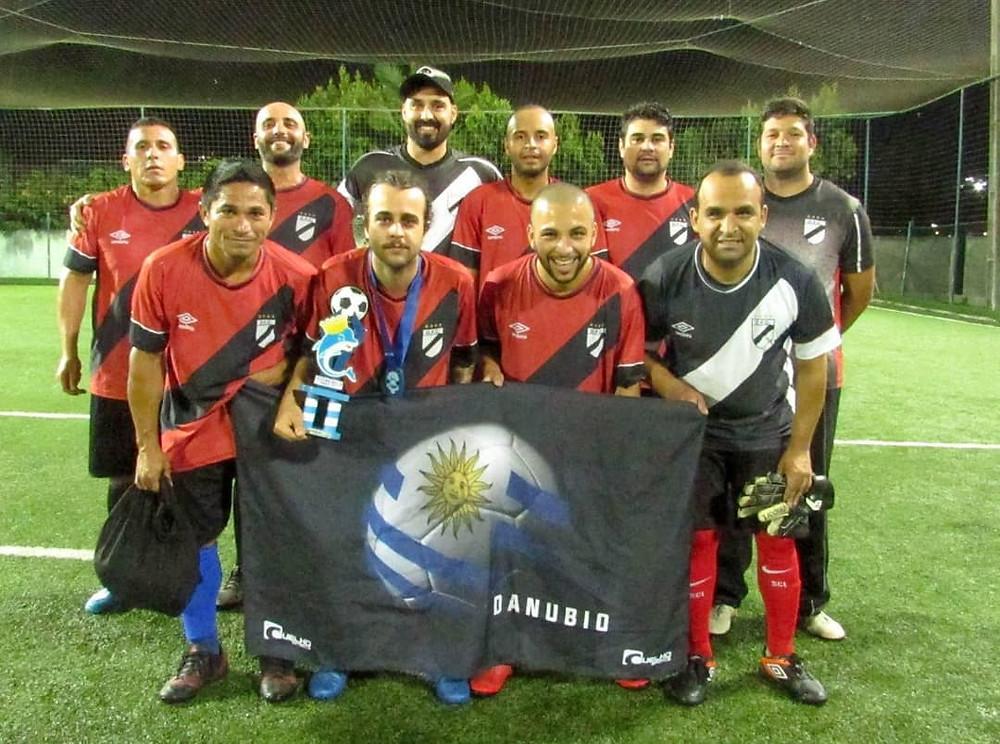 Equipe masculina de futebol com troféu