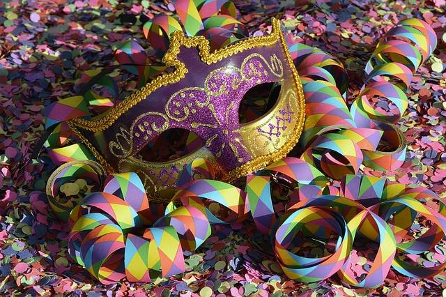 Máscara de carnaval com confete e serpetina