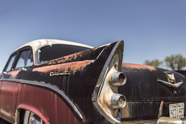 Carro antigo na cor vermelha