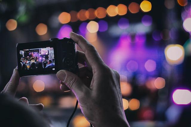 Câmera fotográfica mirando palco de show