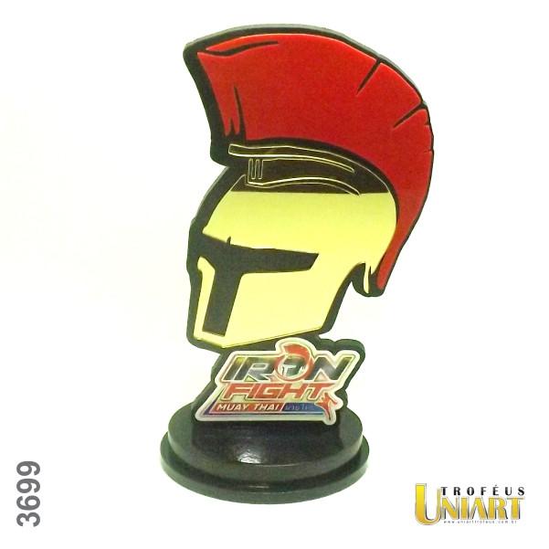 Troféu de MDF em forma de soldado guerreiro com aplicação de acrílico vermelho e acrílico espelho ouro