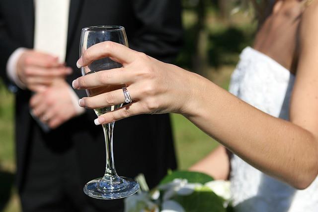Mulher com taça de champagne em mãos