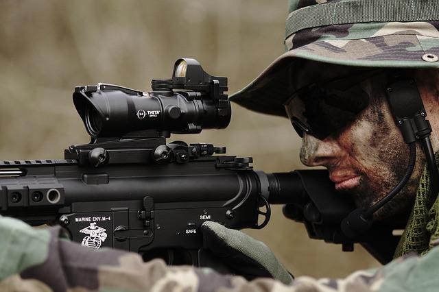 Homem com uniforme exército com arma de Airsoft