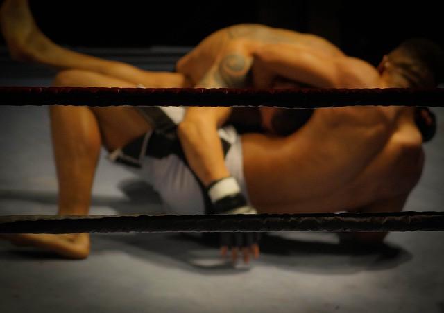 Dois homens lutando