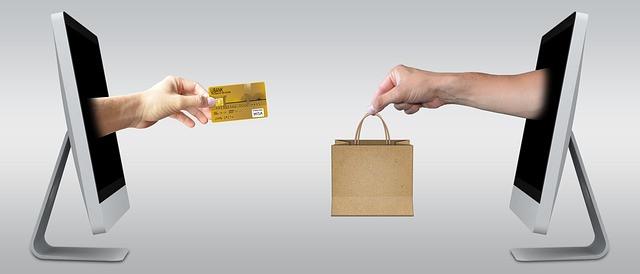 Pessoas entregando sacola e cartão de crédito através de uma tela de computador