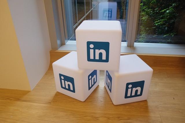 Dados com logo LinkedIn