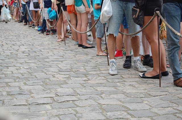 Várias pessoas em uma fila