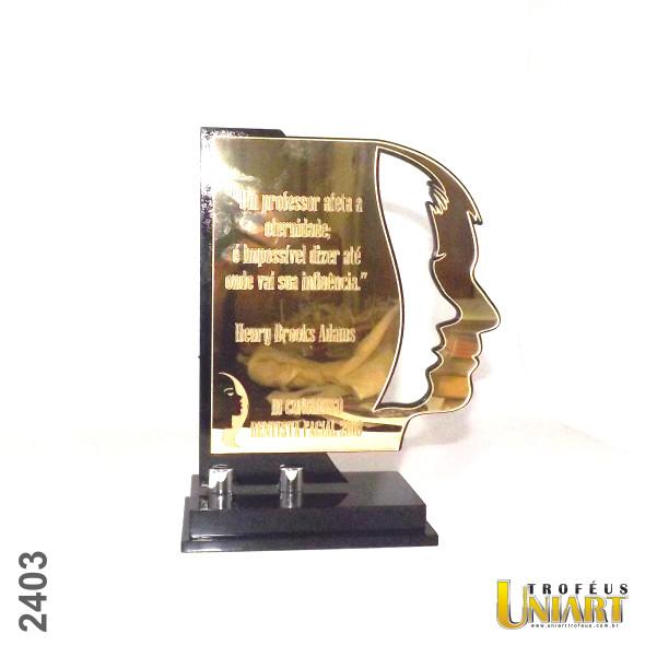 Troféu em acrílico espelho ouro com gravação a laser e recorte de uma face