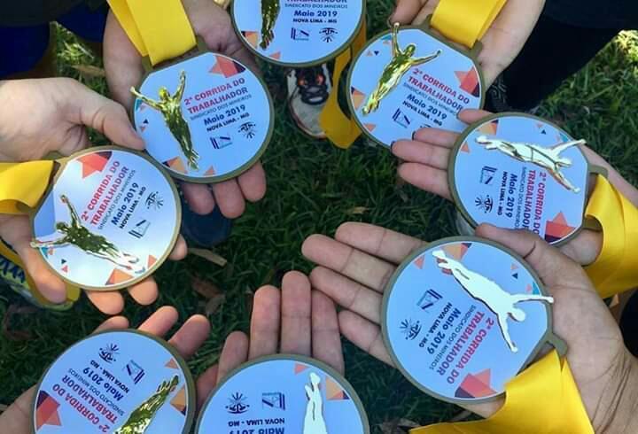 Várias medalhas de ferro com aplicação de acrílico espelho ouro