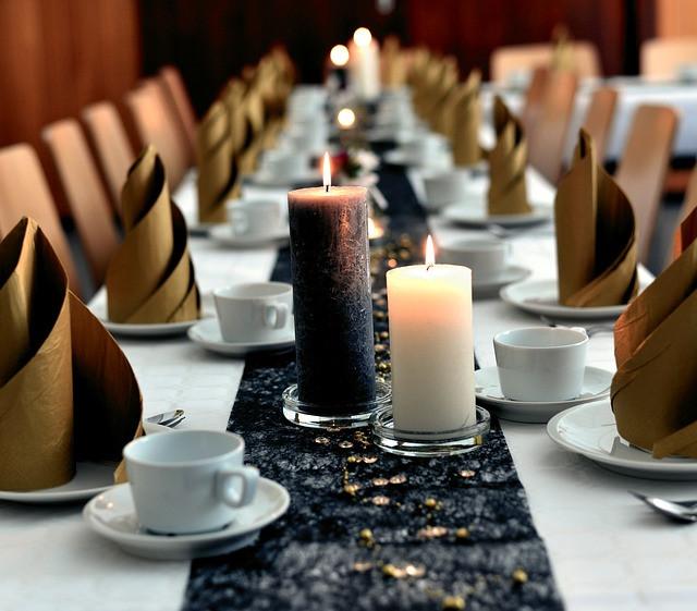 Mesa com velas e xícaras e pratos