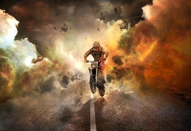 Motociclista em meio à fumaça