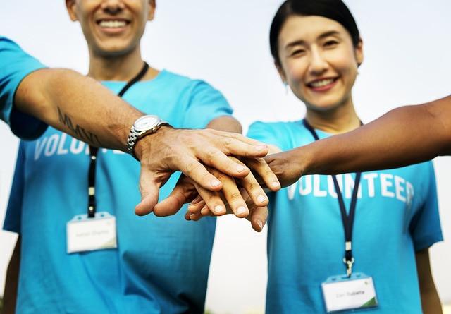 Equipe de voluntários uniformizada e reunida