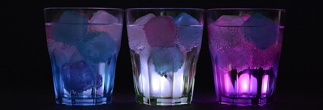 Copos de drinks coloridos e neon