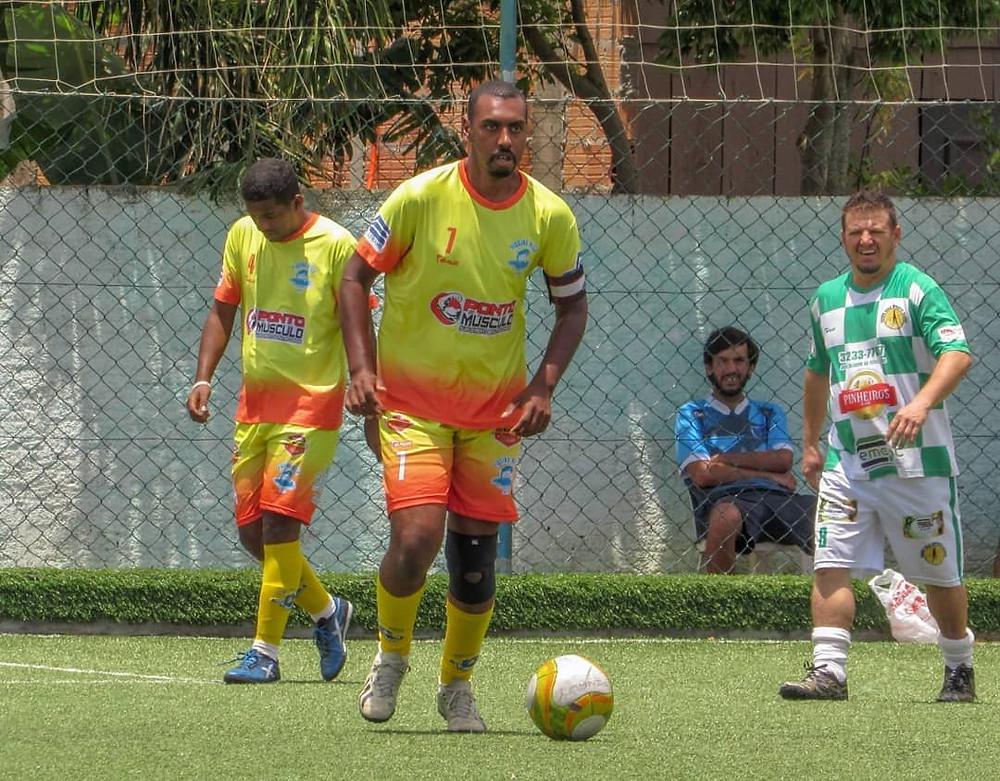Alex Sandro com uniforme amarelo em meio a uma partida de futebol