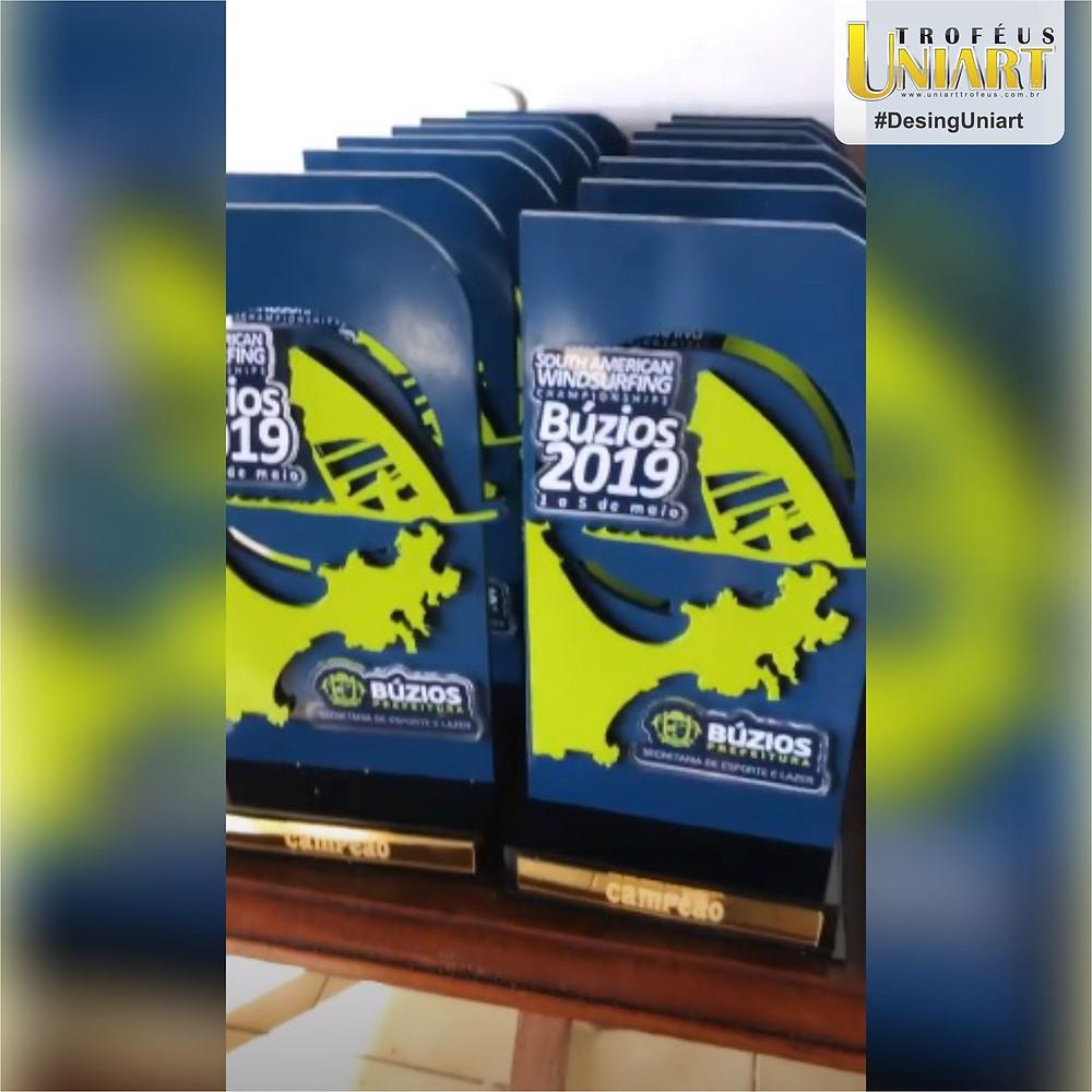 Troféu com haste de MDF com pintura em azul e aplicação de peças recortadas em formato da logo do evento