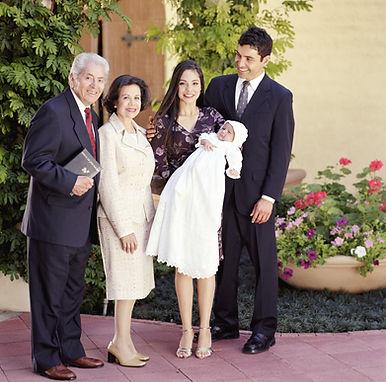 Familie feiert eine Taufe