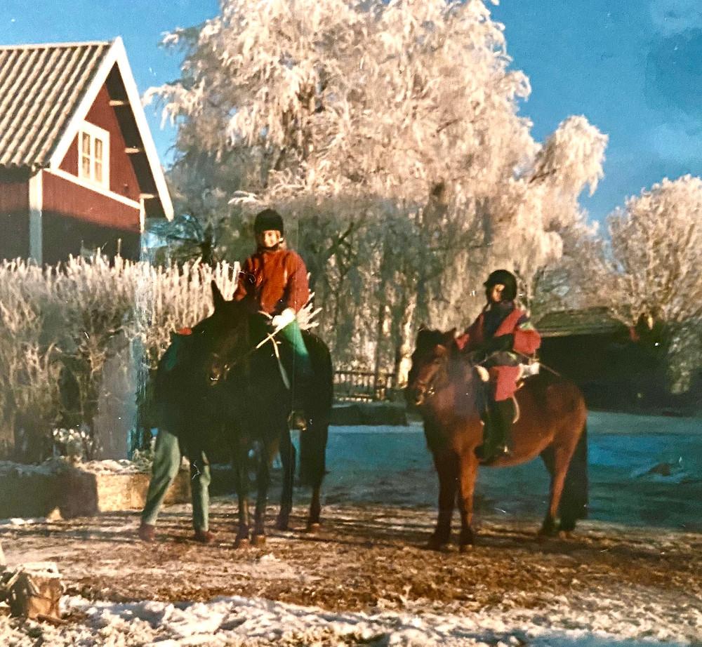 Hästar och hästtjejer i ett vintrigt Dalarna