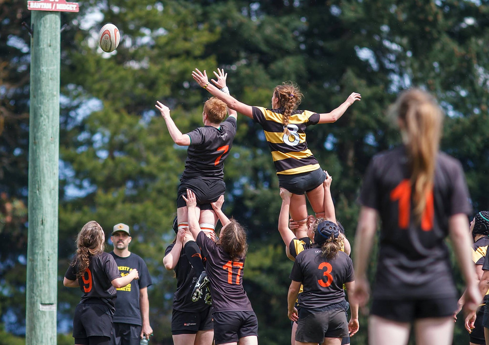 Meraloma Women in line-out vs Nanaimo Hornets