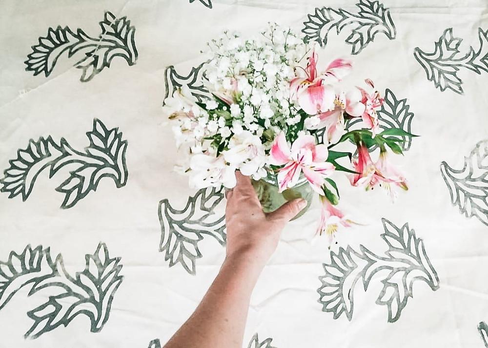 Textil estampado artesanal florero con flores naturales