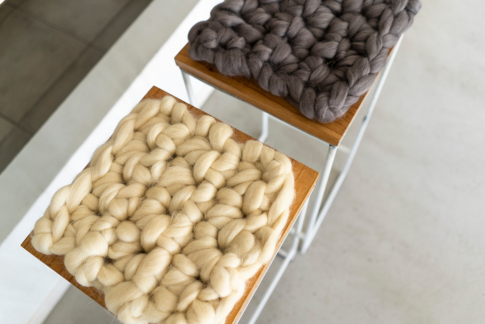 Almohadon nordico de vellon de lana en crochet detalle