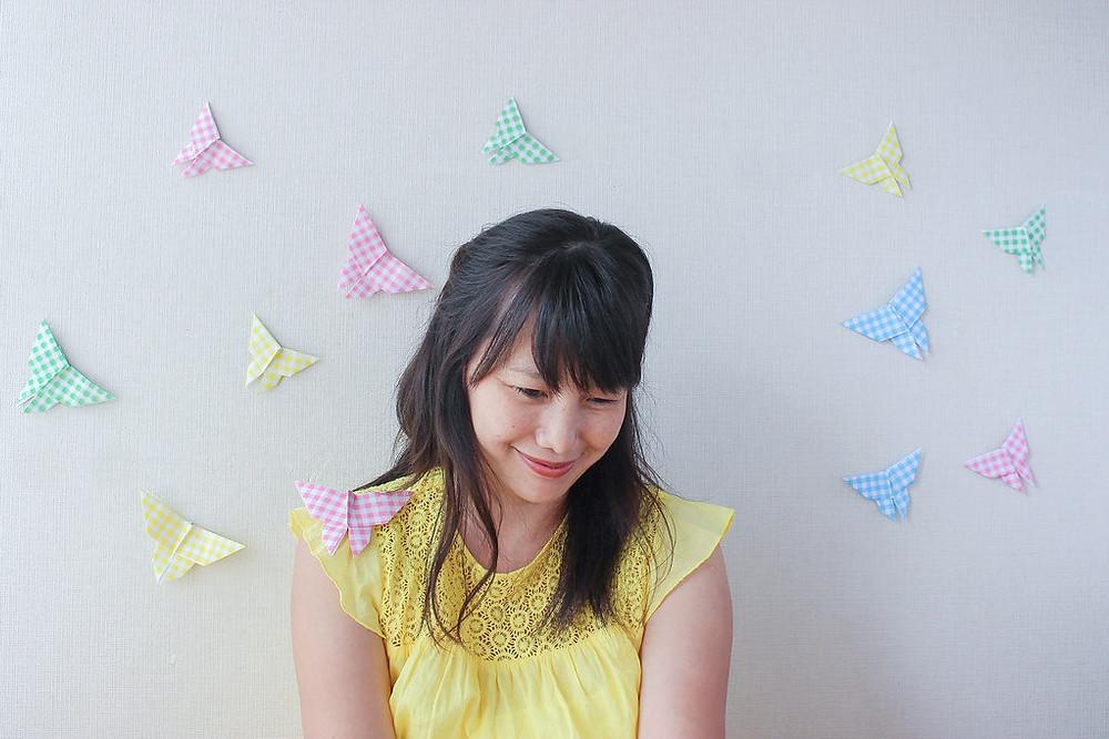 Paola Okada con mariposas en origami