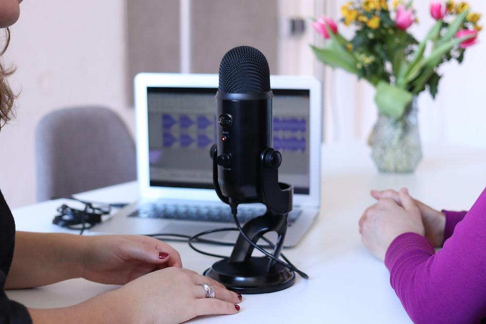 Mujeres grabando podcast