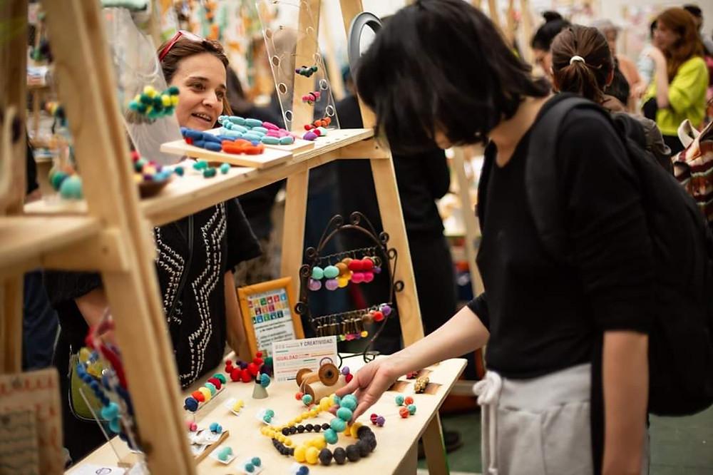 Feria arte textil Carli Ramirez joyería textil