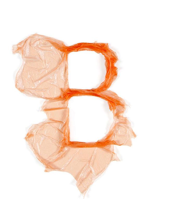 Letra B en plástico reciclaje arte