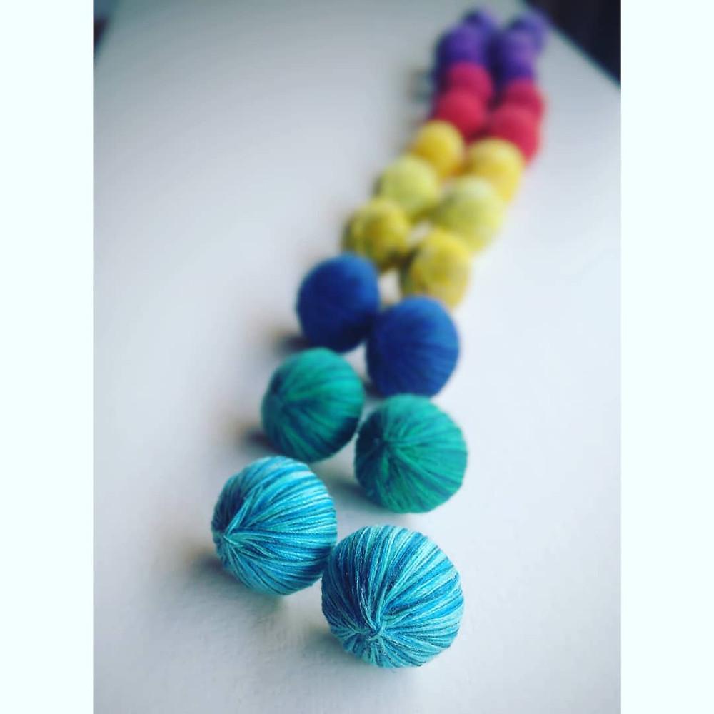 Arte Textil Joyería textil arcoíris colores accesorios