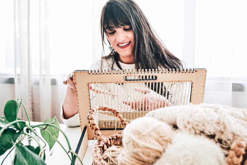 Luciana Luna trabajando en telar