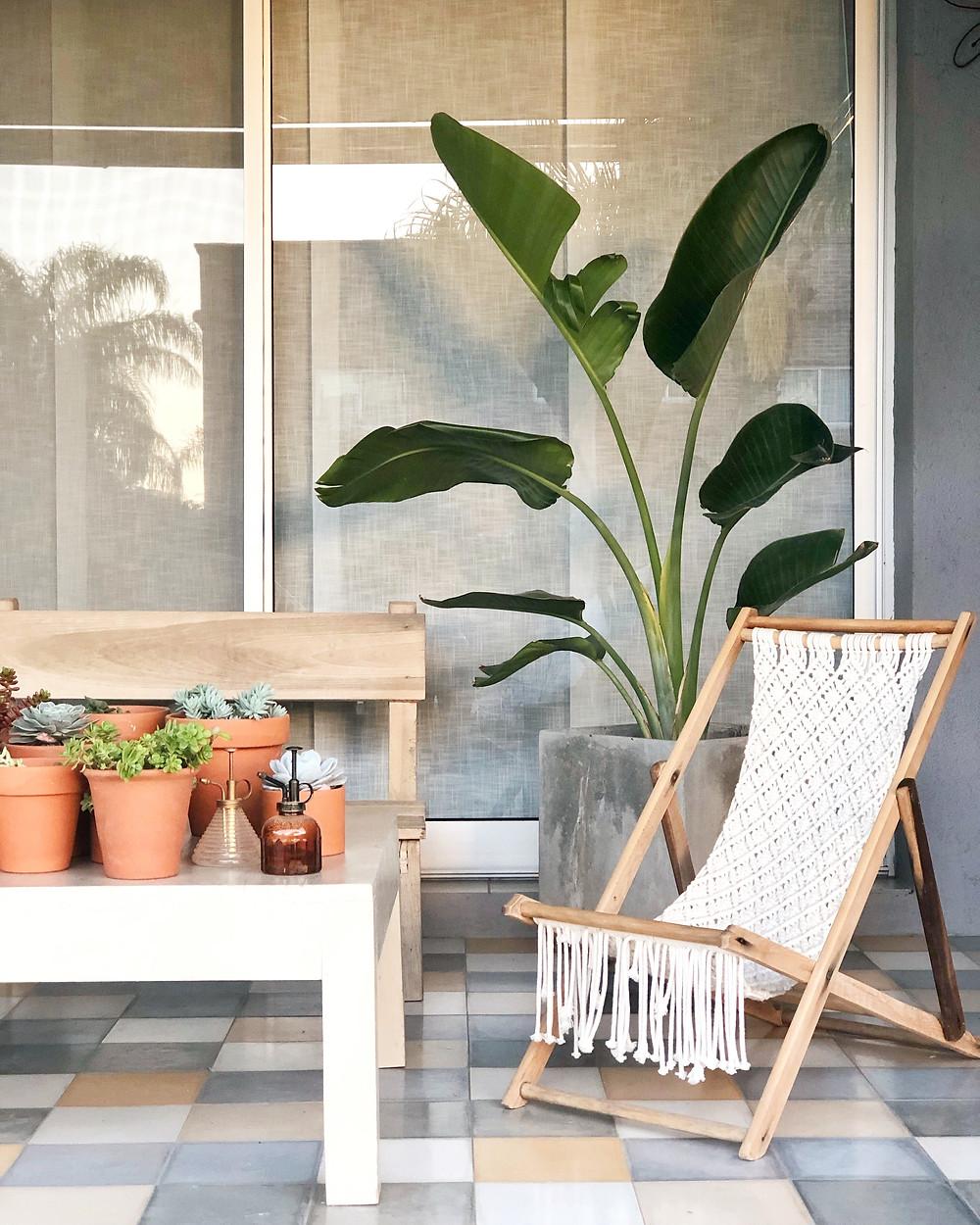 Silla exterior macramé patio porche ambientación suculentas