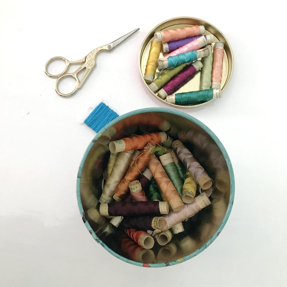 hilos de coser de colores tijera grulla