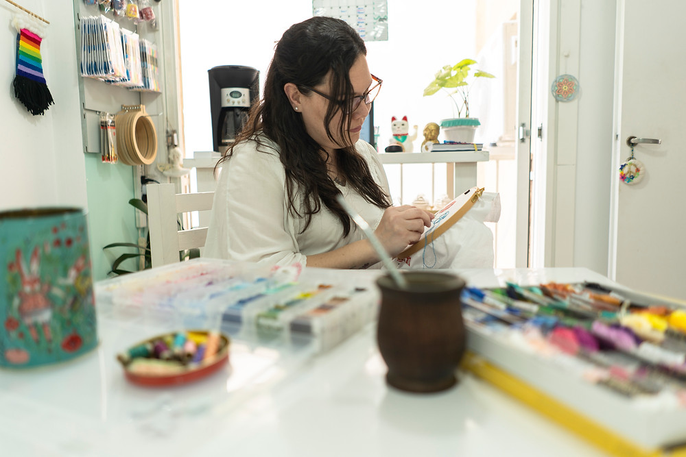 Nati Muñoz bordando en su taller hilos bordado