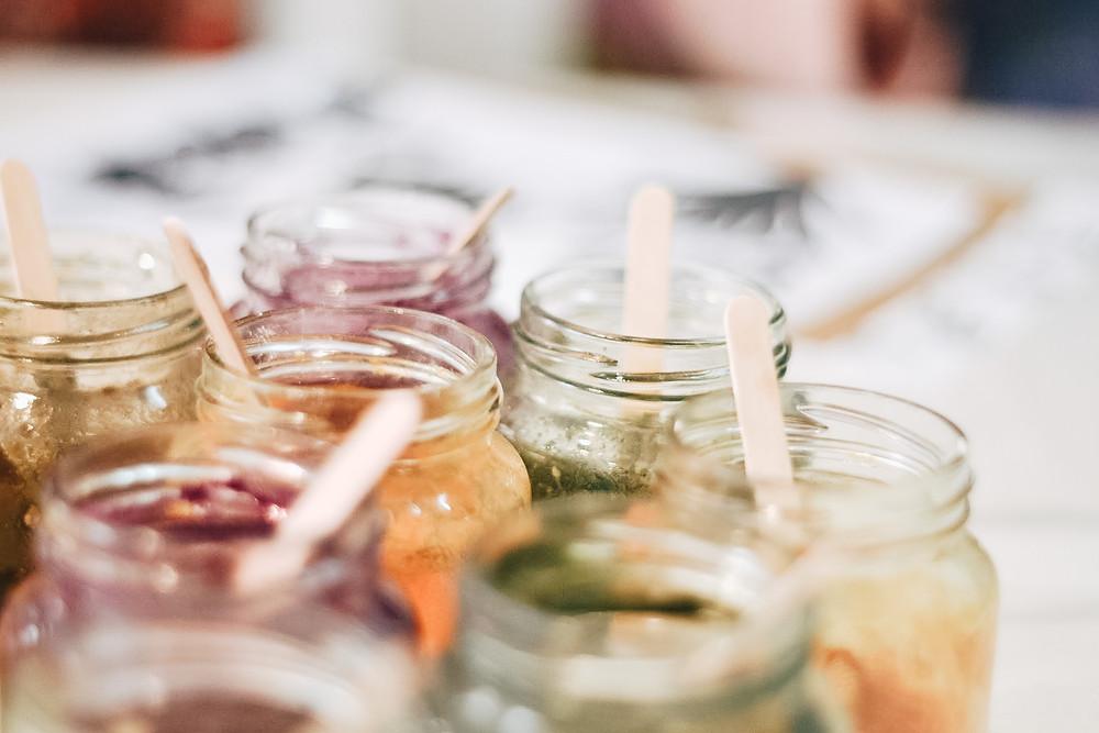Pinturas naturales en frascos
