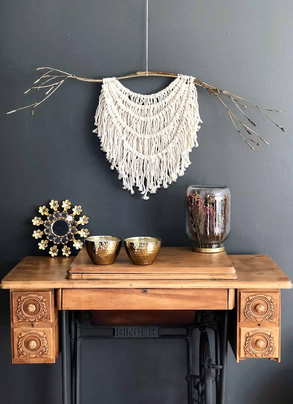 Macrame arte textil maquina de coser antigua pared gris