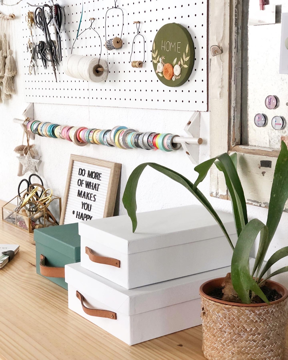 Escritorio cajas herramientas materiales