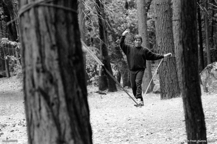 """Chongo Chuck Tucker Yosemite'deki """"Camp 4"""" isimli kamp alanında slackline antrenmanı yaparken (Foto: Tom Frost)"""