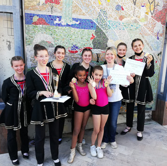 Le groupe de caractère et les jeunes médaillées en jazz.