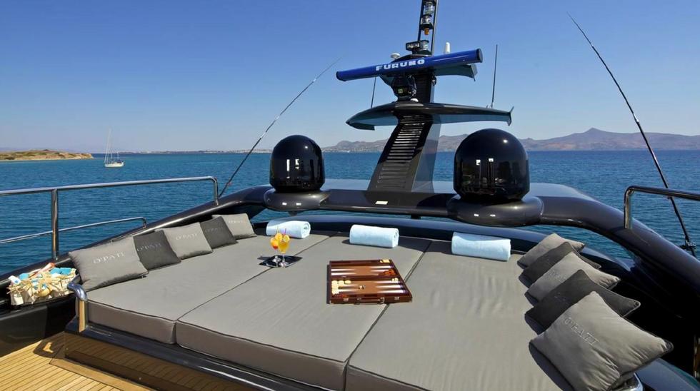 Spacious bridge deck for sunbathing with