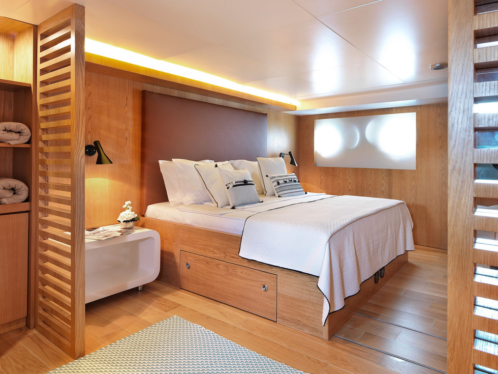 HAPPY DAY MASTER CABIN LOWER DECK fore.j