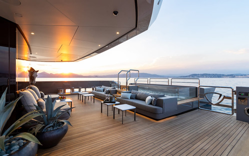 aft deck Jacuzzi and seating area.jpg