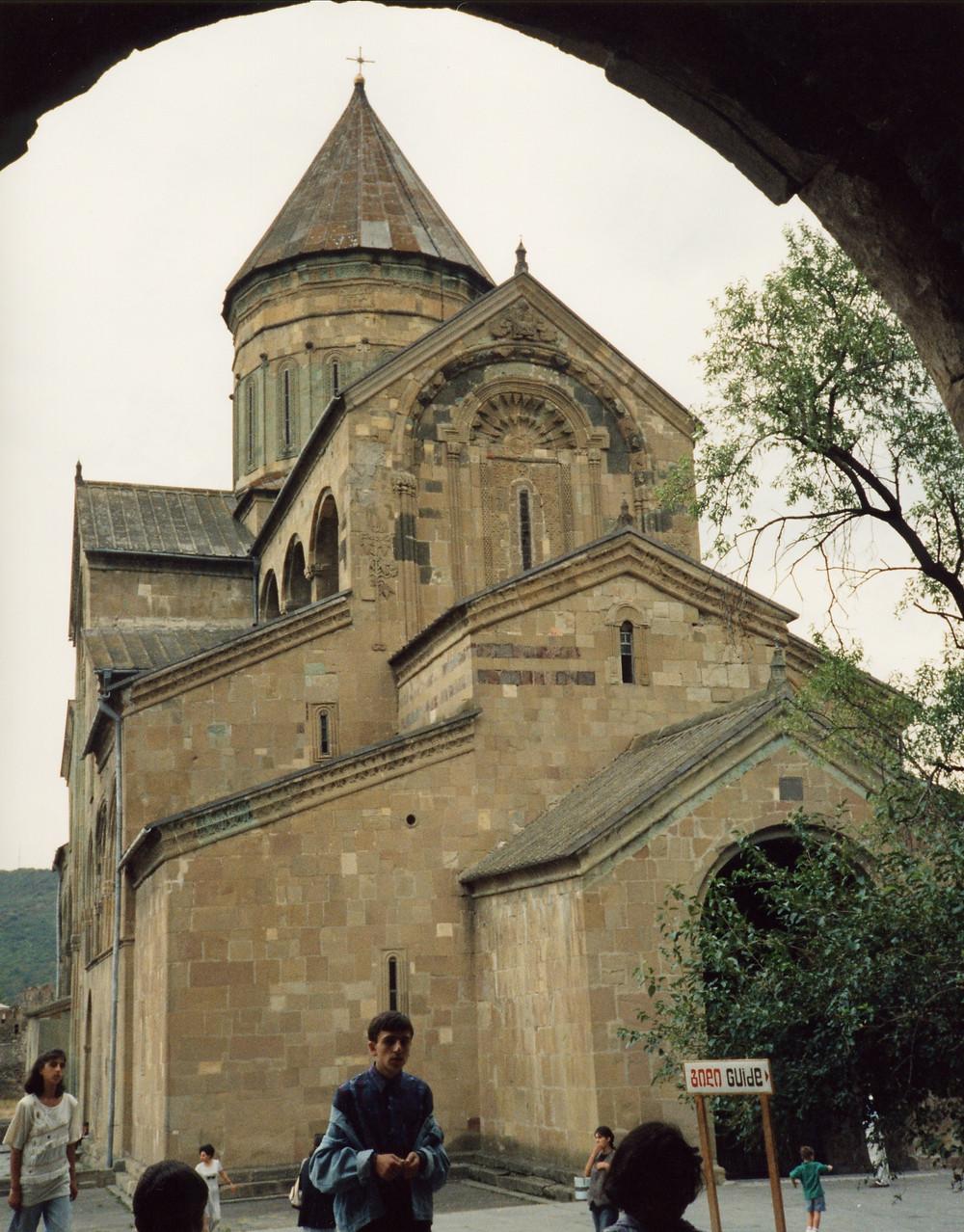 写真は栃ノ心関の古里でジョージアのことムツヘタのスヴェティツホヴェリ聖堂。歴代王が葬られています。