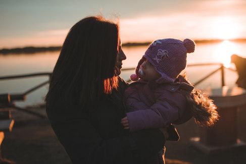 mamma e figlia al tramonto